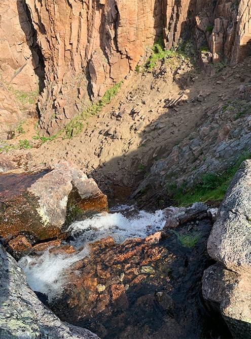 Приспуске до водопада нужно быть осторожным: обрыв близко