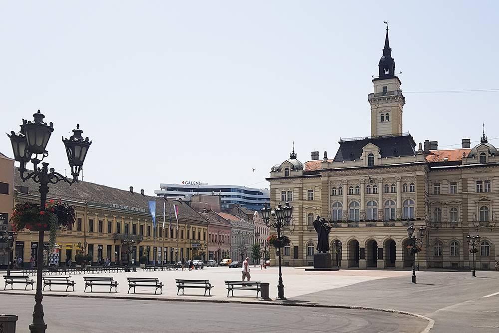 Напротив церкви находится ратуша в стиле неоренессанса. В ней работает новисадская администрация
