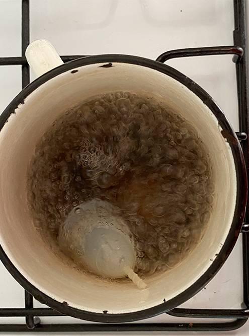 За 3—5 минут кипячения все бактерии на чаше погибают. До цикла чашу надо стерилизовать, чтобы удалить все бактерии, которые попали из воздуха, после — чтобы убить микроорганизмы и не позволить им размножаться на стенках чаши