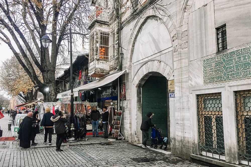 Через эти ворота входят на территорию Голубой мечети