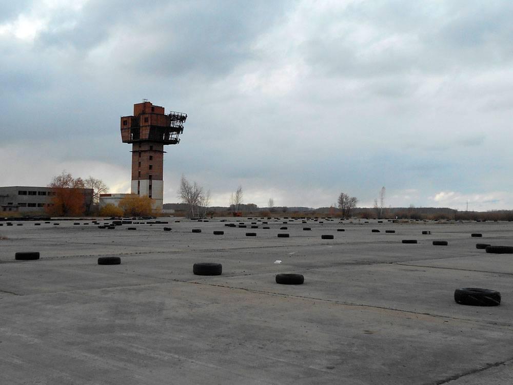 Взлетная полоса будущего омского международного аэропорта. Сейчас она заброшена, и здесь устраивают автогонки