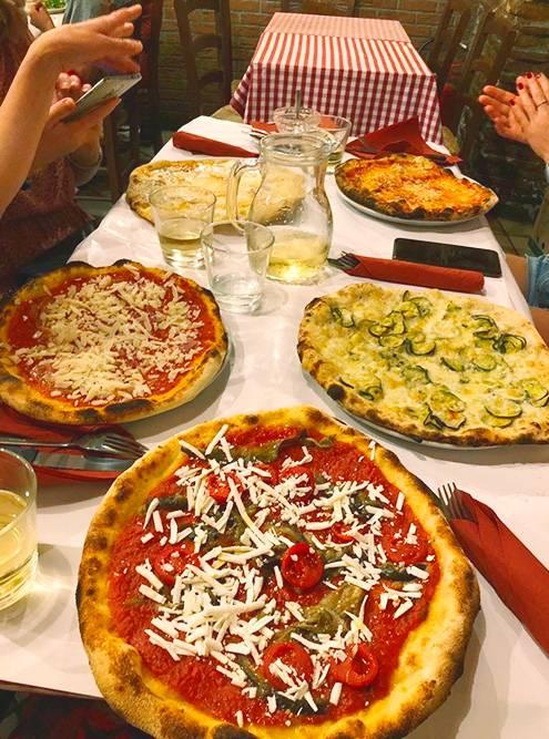 Пиццерия «Дар-поэта» в Риме. Мы были там два раза, брали разные вкусы и менялись кусочками, чтобы попробовать больше