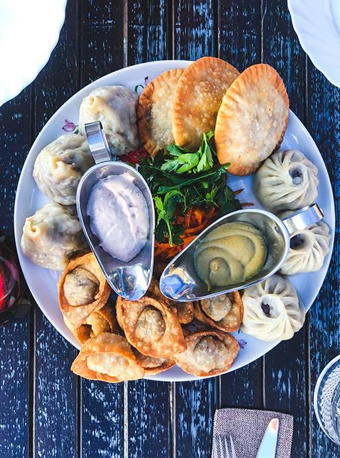В заведении «Баран на корове» в Улан-Удэ мы заказали тарелку с буузами, хушуурами — пирожками, напоминающими чебуреки, и жареными пельменями. Она обошлась нам в 659<span class=ruble>Р</span>. Одного блюда хватит на двоих — и даже будет много