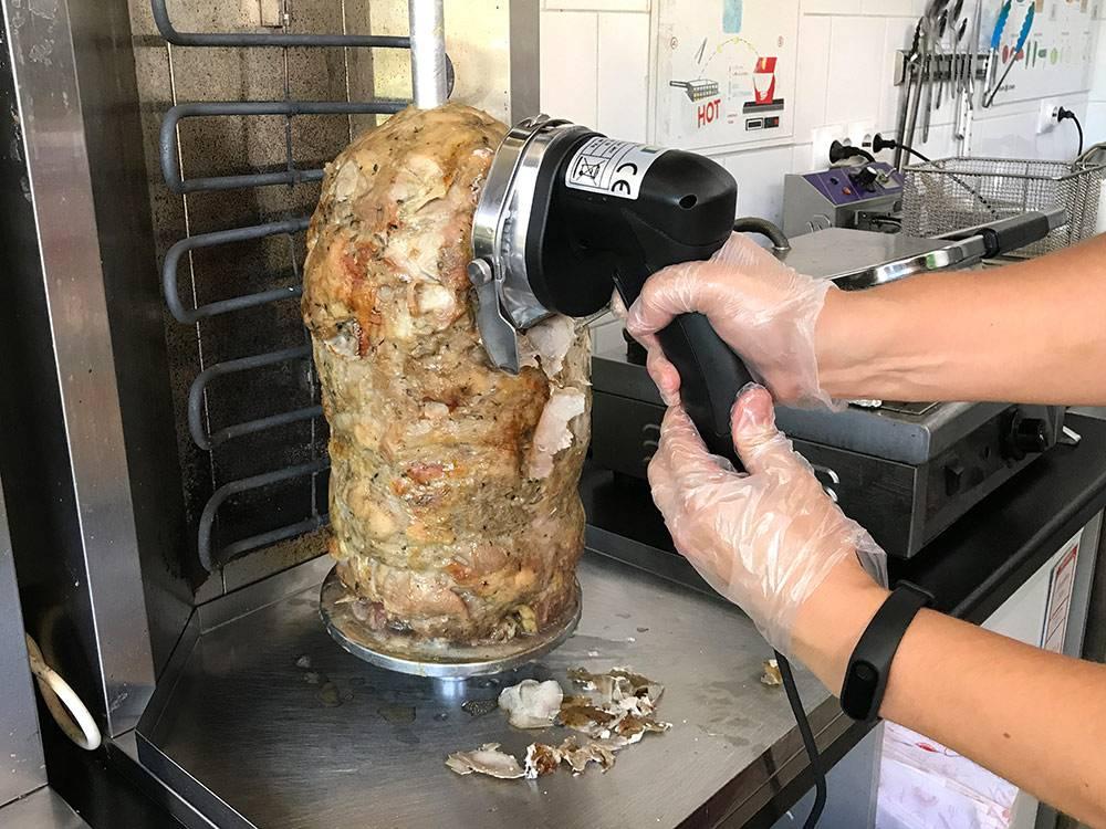 Автоматический нож умеет нарезать куски по 0,3 мм. Обычным кухонным ножом этого не добиться