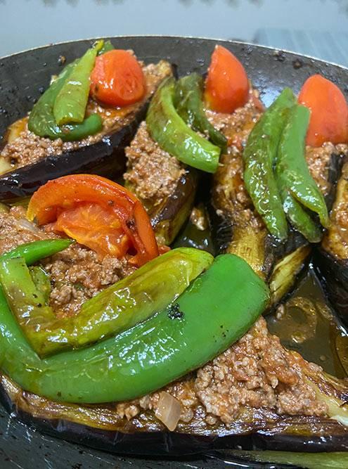 Я готовлю себе сам. Делать блюда местной кухни меня научили знакомые турки. На этом фото баклажаны с фаршем и овощами. Блюдо называется imam bayıldı — переводится как «имам упал в обморок». Баклажаны режут напополам, тушат, вытаскивают из них мякоть, кладут внутрь фарш с томатной пастой и луком, украшают все тушеным перцем