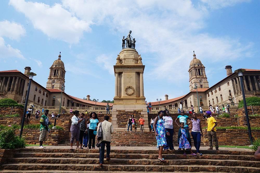 Площадь перед зданием правительства в столице страны Претории. Приятное место дляпрогулок. Здесьже стоит памятник Нельсону Манделе