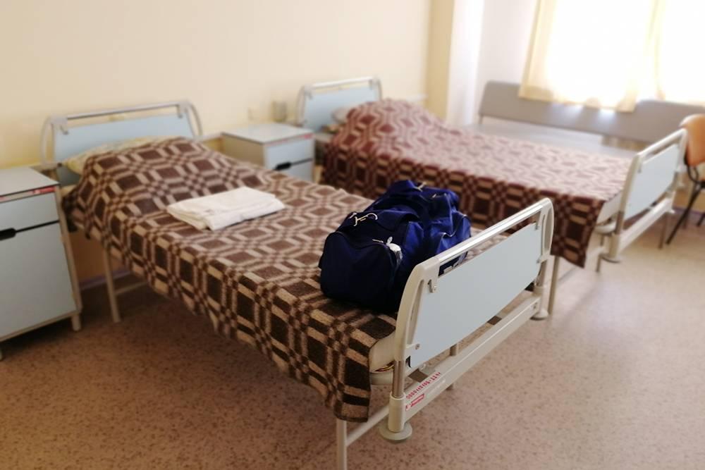 Моя палата на четыре места. Со мной лежал всего один человек — обследовался для операции. Женские палаты были заполнены под завязку