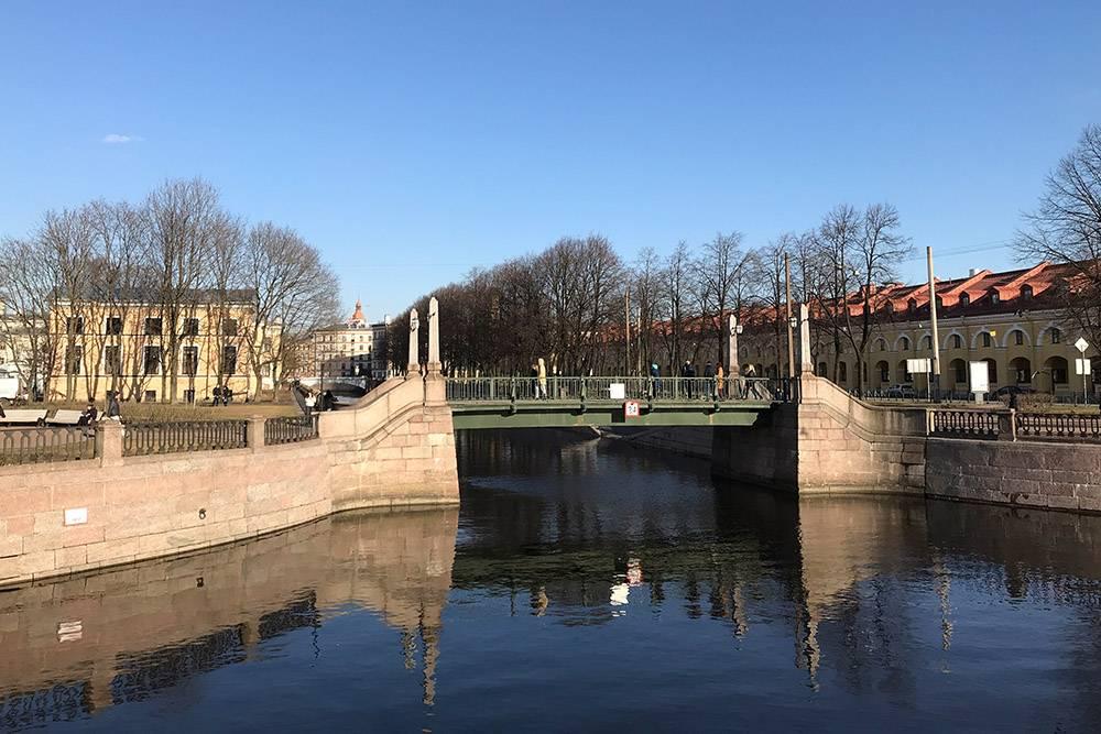 На фото хорошо виден Красногвардейский мост через канал Грибоедова, а за ним — Ново-Никольский