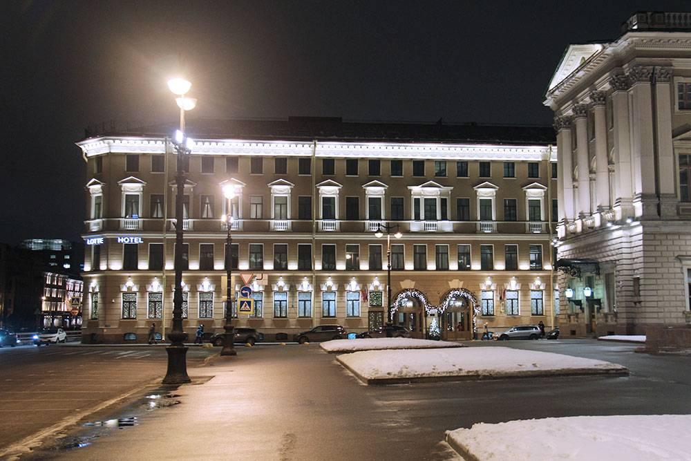 В марте 2021&nbsp;года двухместный номер с видом во внутренний двор в отеле Lotte в Санкт-Петербурге на Исаакиевской площади стоит 12 675<span class=ruble>Р</span>