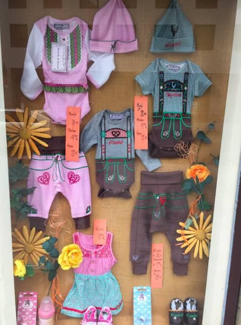 Еще меня поразили витрины мюнхенских магазинов. В этом продавали детскую одежду в духе национальных баварских нарядов
