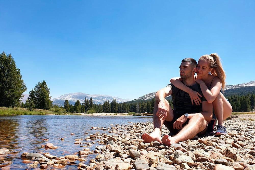 Луга и реки вдоль дороги Тиога-пасс на пути в долину Йосемити