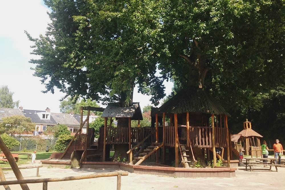 Детская площадка рядом со школой нашей старшей дочери