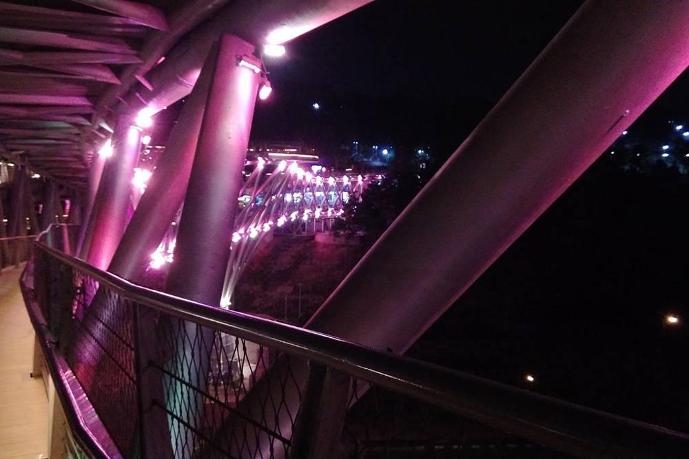 Особенно эффектно мост выглядит в вечернее время, когда включают разноцветную подсветку