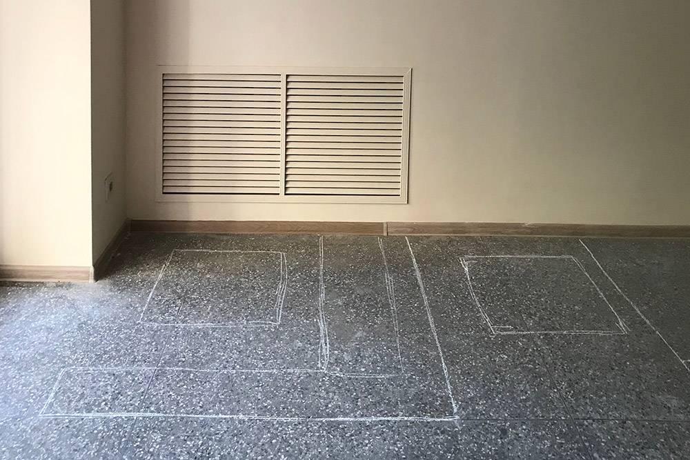 Мы расчертили расположение мебели мелом на полу, чтобы понять, как ее лучше расставить