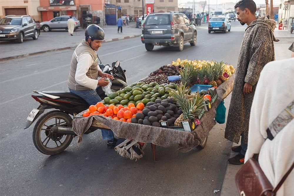 Торговцы продают свой товар прямо на дороге