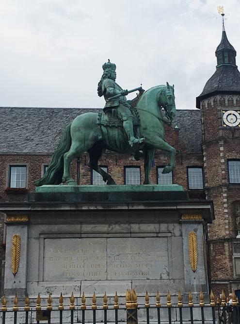 Перед городской ратушей стоит памятник курфюрсту Иоганну-Вильгельму