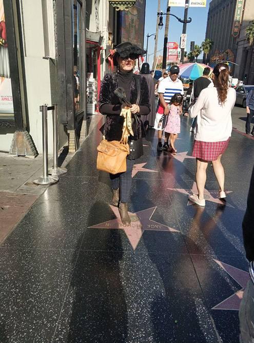В США люди просто относятся к одежде и внешнему виду. Никто не будет косо на вас смотреть, если вы выйдете на улицу в пижаме или в одежде другой эпохи