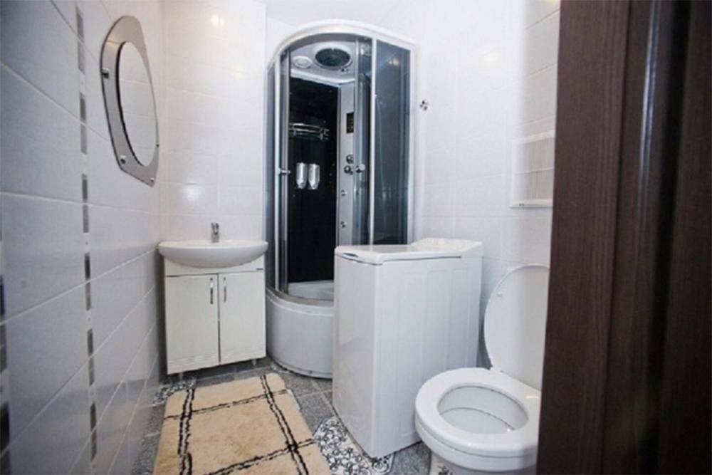 Санузел в арендованной нами квартире — фото хозяина. На деле душевая кабина оказалась меньше, кран в ней подтекал, а на раковине не было даже стаканчика подзубные щетки. Спальня была не лучше: из подушек лезли перья, отчего казалось, что спишь с курицей. Источник: Airbnb