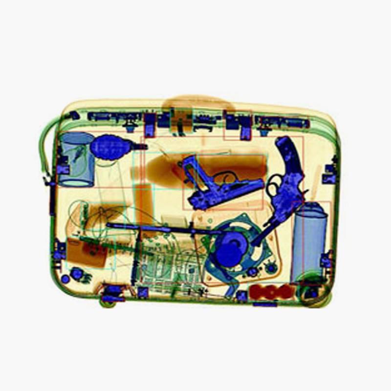 Изображения разных предметов на экране интроскопа. Компьютер красит в оранжевый цвет органические вещества, например пластмассовые бутылки, в зеленый — легкие металлы, например алюминиевый корпус чемодана, а в синий — тяжелые металлы, например гранату и пистолет. Источник: patent-dubl.kz