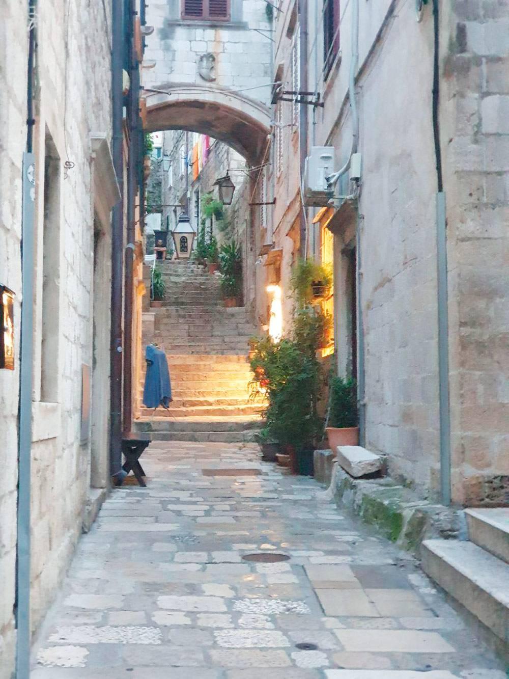 Тесные улочки очень уютны и похожи на южно-итальянские
