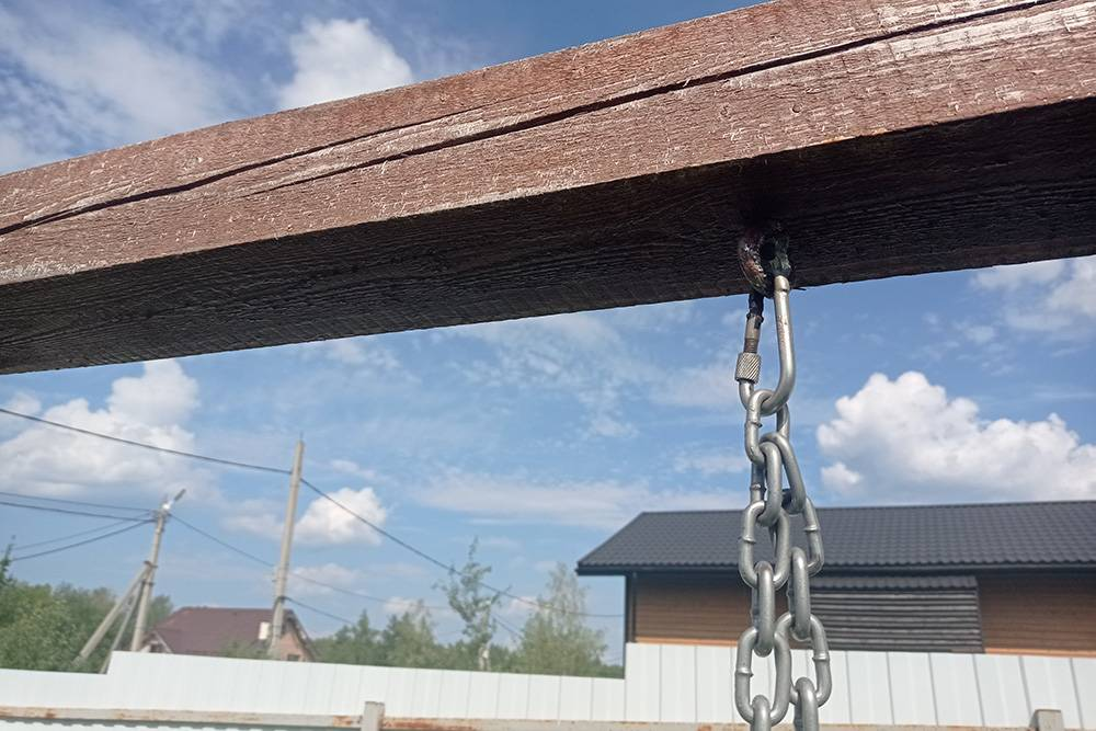 Я использовал цепи, а не веревки, потому что они надежнее и их удобнее регулировать по высоте, цепляя разные звенья к карабину