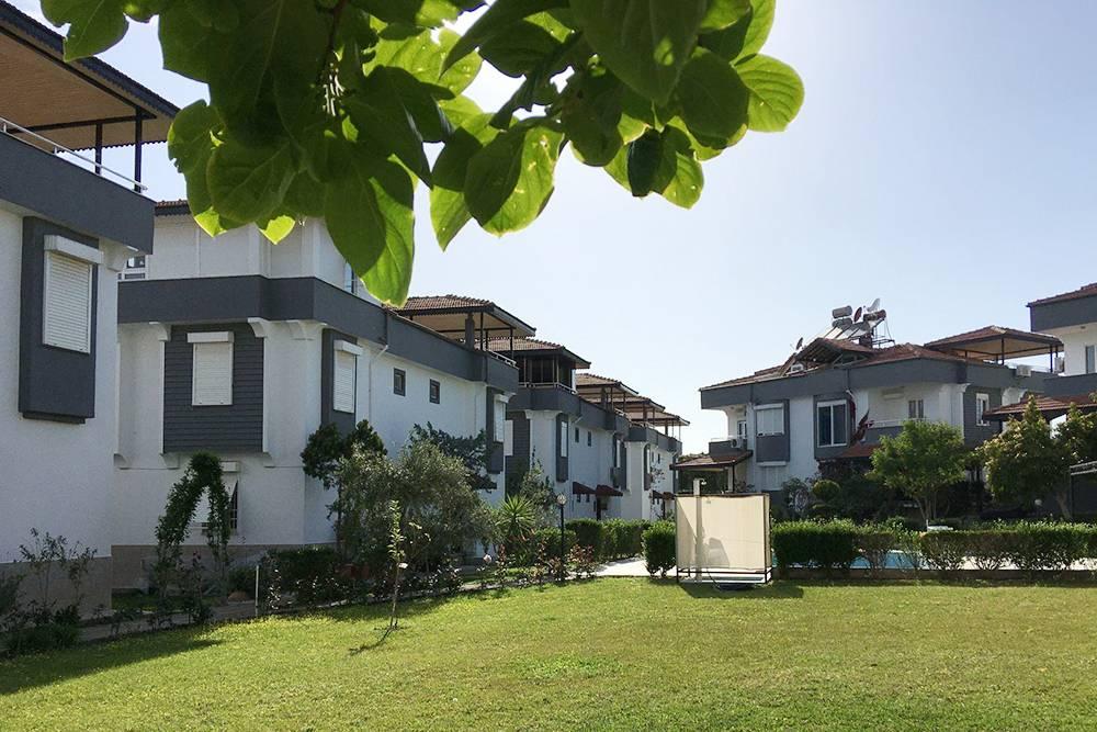 В нашем комплексе восемь домов, разделенных на две половины. У каждой — свой отдельный вход. Получается 16 полноценных домов