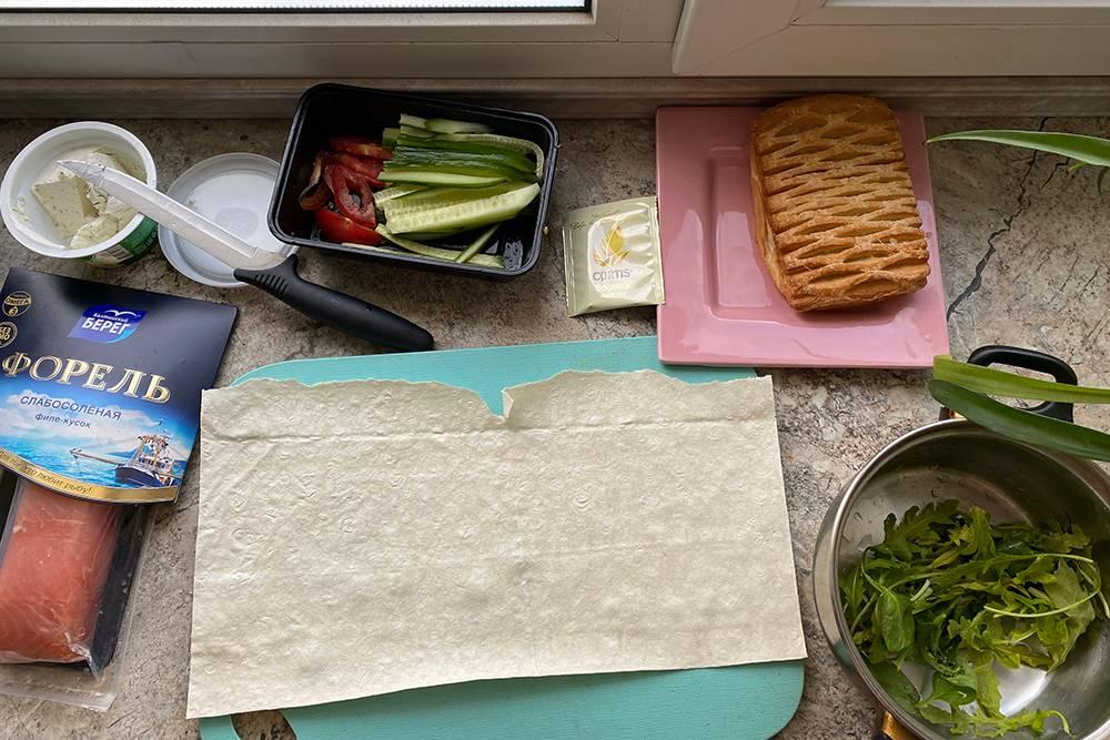На завтрак — домашний ролл с форелью и булочка