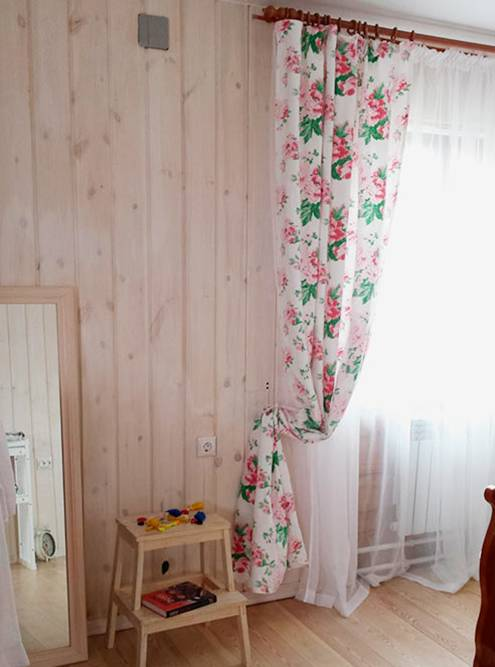 А вот спальня на втором этаже. Вся обшивка стен и полы сделаны из натурального дерева и покрыты масло-воском