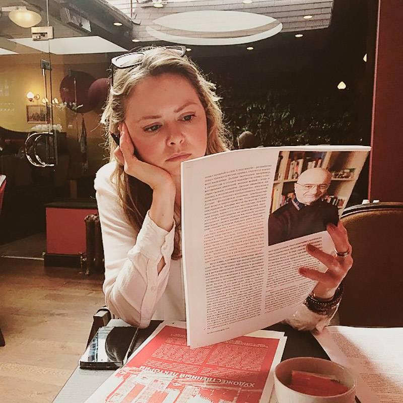 Корректор Юля, сидя в русском ресторане, вычитывает второй номер журнала