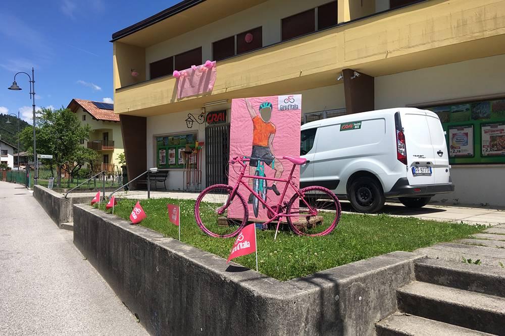 Супермаркет в Ламоне и велосипед в честь этапа велогонки Джиро ди Италия в мае 2019