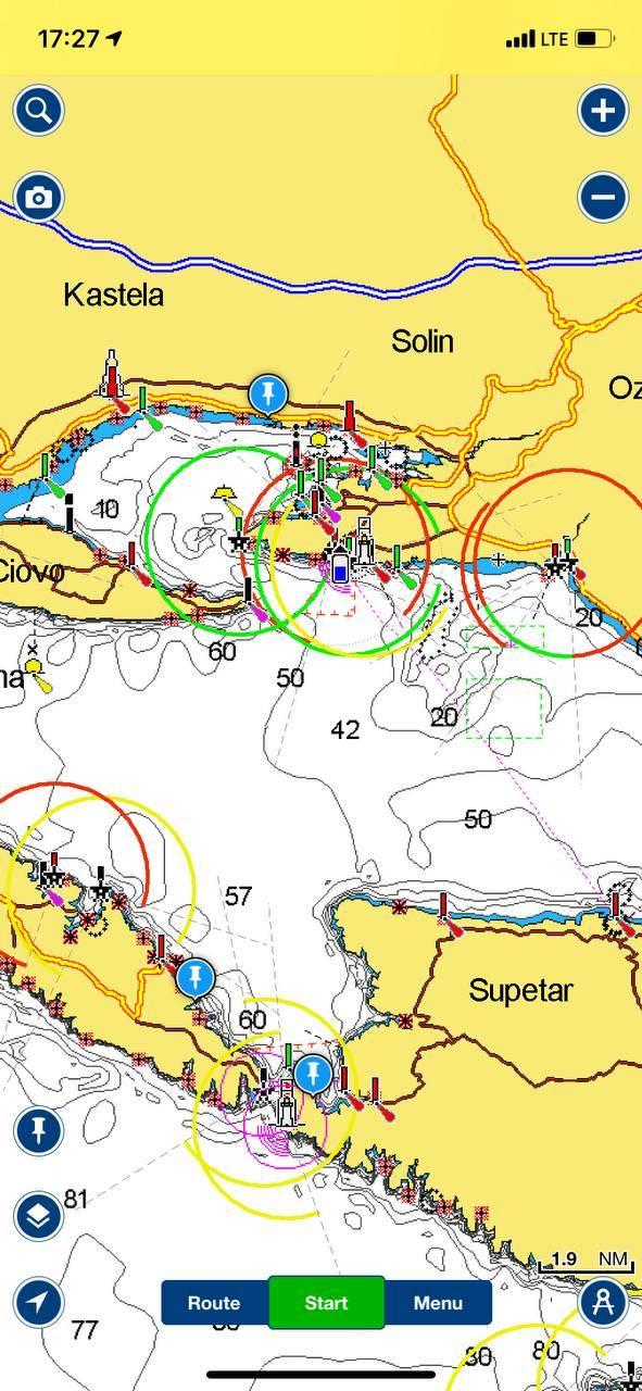 Навигатор Navionics в Эпсторе и Гугл-плее. Карты по регионам нужно покупать отдельно, моя подписка на Черное и Средиземное море стоит 1690<span class=ruble>Р</span> в год. Есть и другие приложения: SeaPilot или Boat Beacon