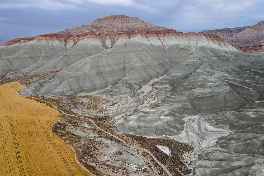 В одной из немногочисленных статей, где упоминали это место, горы назвали радужными. Не соглашусь с таким определением: холмы довольно пестрые