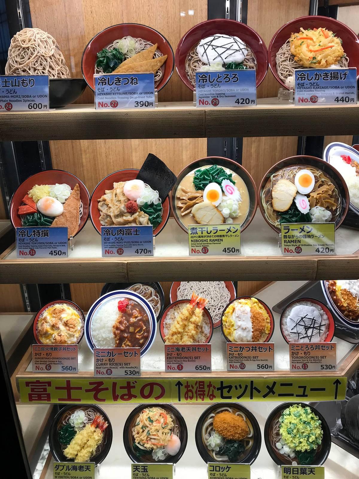 На витрине у всех кафе максимально правдоподобные пластиковые макеты блюд, которые есть в меню, и цены на них