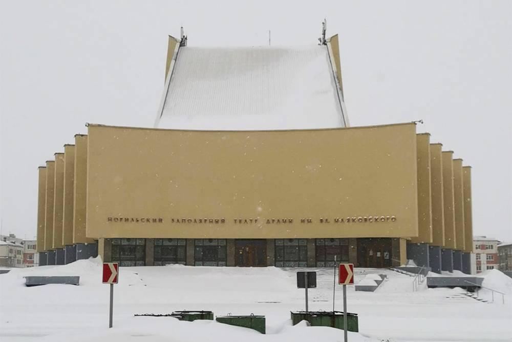 Самая запоминающаяся часть здания норильского театра — наклонная крыша, за которую в народе его прозвали Трамплином. Уклон сделан, чтобы на крыше не задерживался снег