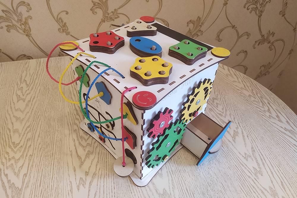 А этот куб развивает логику и мелкую моторику. Неудивительно, что его быстро купили