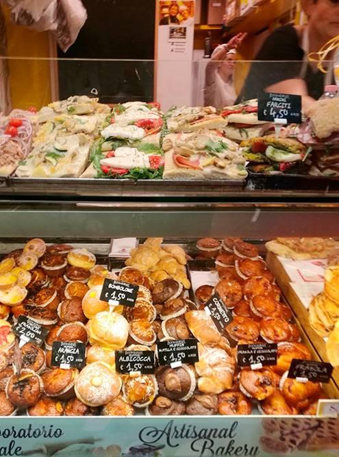 На рынке во Флоренции продаются вкуснейшие десерты, но надо быть внимательным: часть цен указана за килограмм, а часть — за штуку. Все названия на ценниках только на итальянском