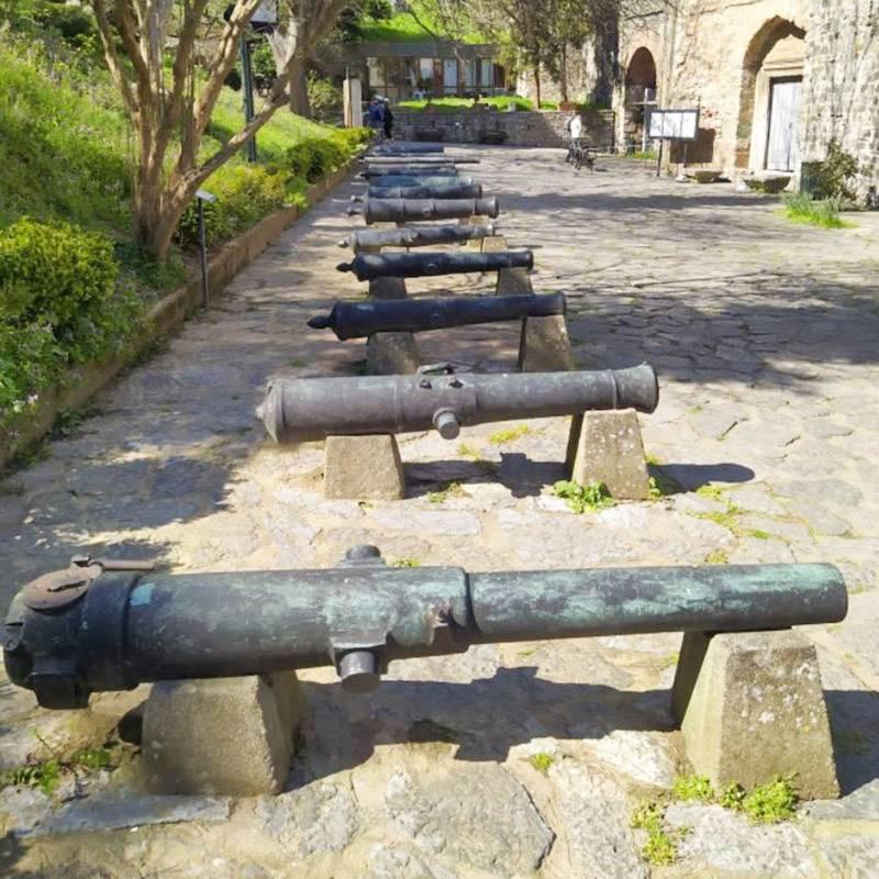 Пушки стоят на входе в крепость и в ее нижнем дворе
