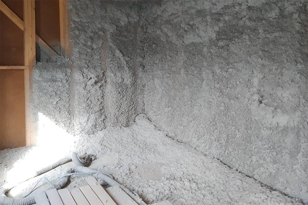 Эковата, которую наносят на стену влажно-клеевым методом. Излишки затем срезают специальным валиком и снова загружают в задувочную машину. Отходов не остается