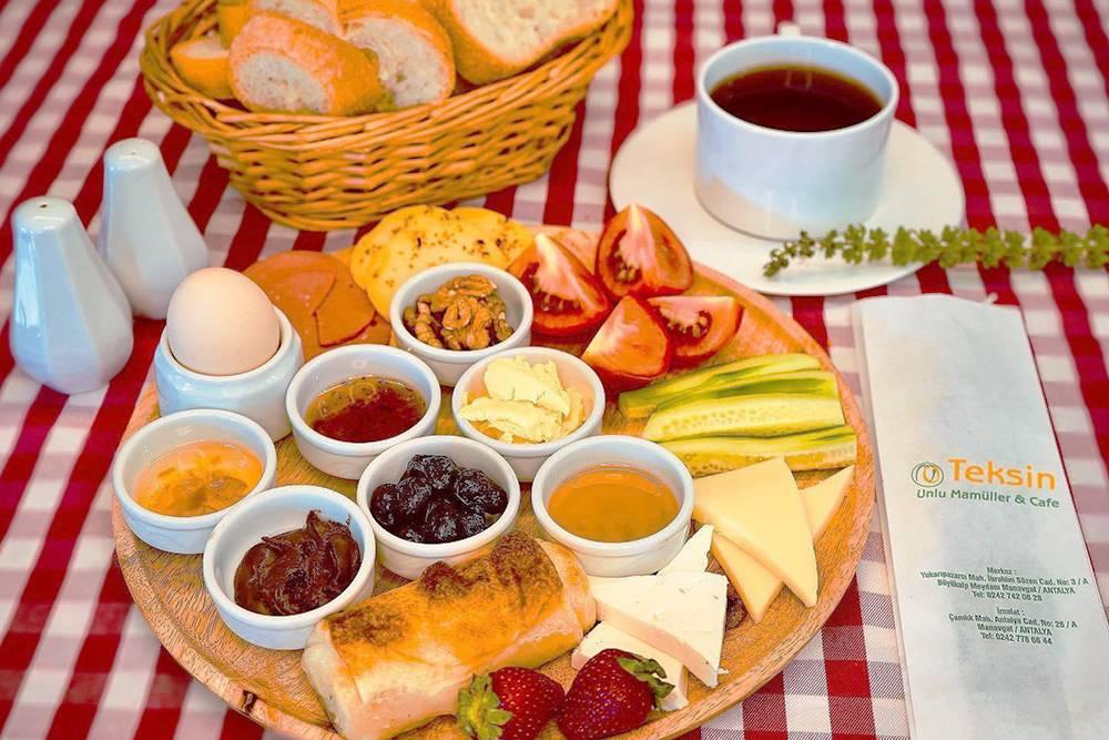 Стандартный завтрак в пекарне Teksin. Стоимость за одного человека — 30TRY