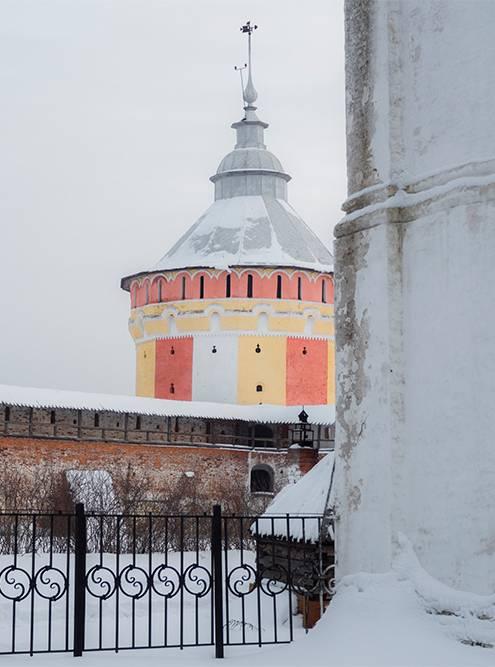 Меня удивили неожиданно яркие цвета башен монастыря
