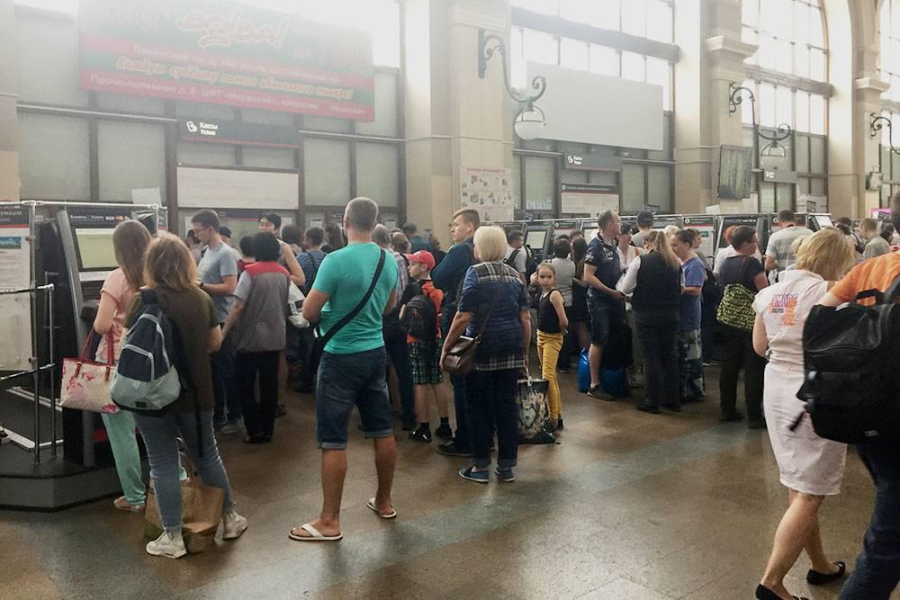 Очередь за билетами на Балтийском вокзале в пятницу вечером. Удобнее покупать через приложение