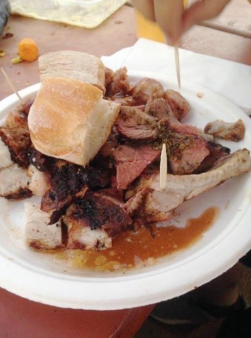 Огромная порция мяса на гриле стоит 18€. Когда я говорю «огромная», я имею в виду «сложно осилить даже вдвоем»