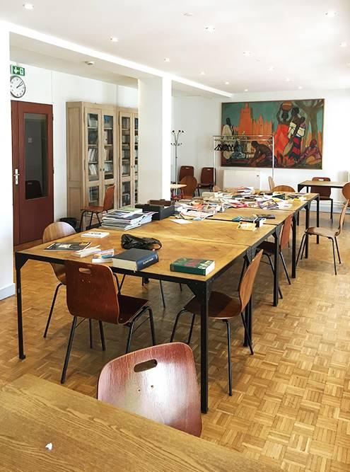 В комнате для занятий были рабочие столы, небольшая библиотека и свежая пресса. Я предпочитал заниматься в своей комнате
