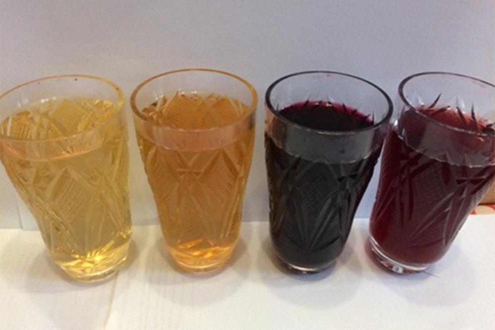 Образцы вин, сделанных на винзаводе и в домашних условиях из одних и техже сортов винограда. Белое — из «ркацители», красное — из «каберне-совиньон». Слева направо: заводское, домашнее, домашнее, заводское