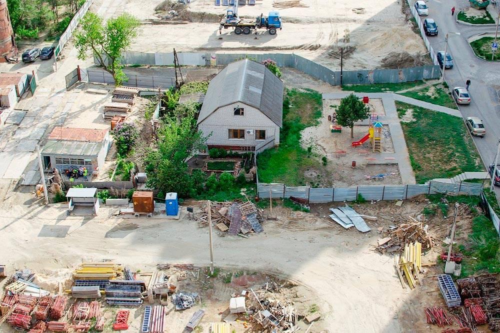 Вот так стройка выглядит свысоты: судя повсему, кто-то отказался продавать свой дом. Хозяину придется жить вокружении многоэтажек