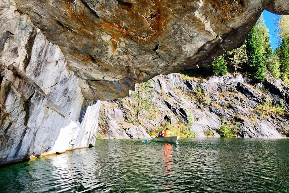 На лодках можно заплывать в пещеры, которые не видны сверху. Фото: Григорий Мартишин