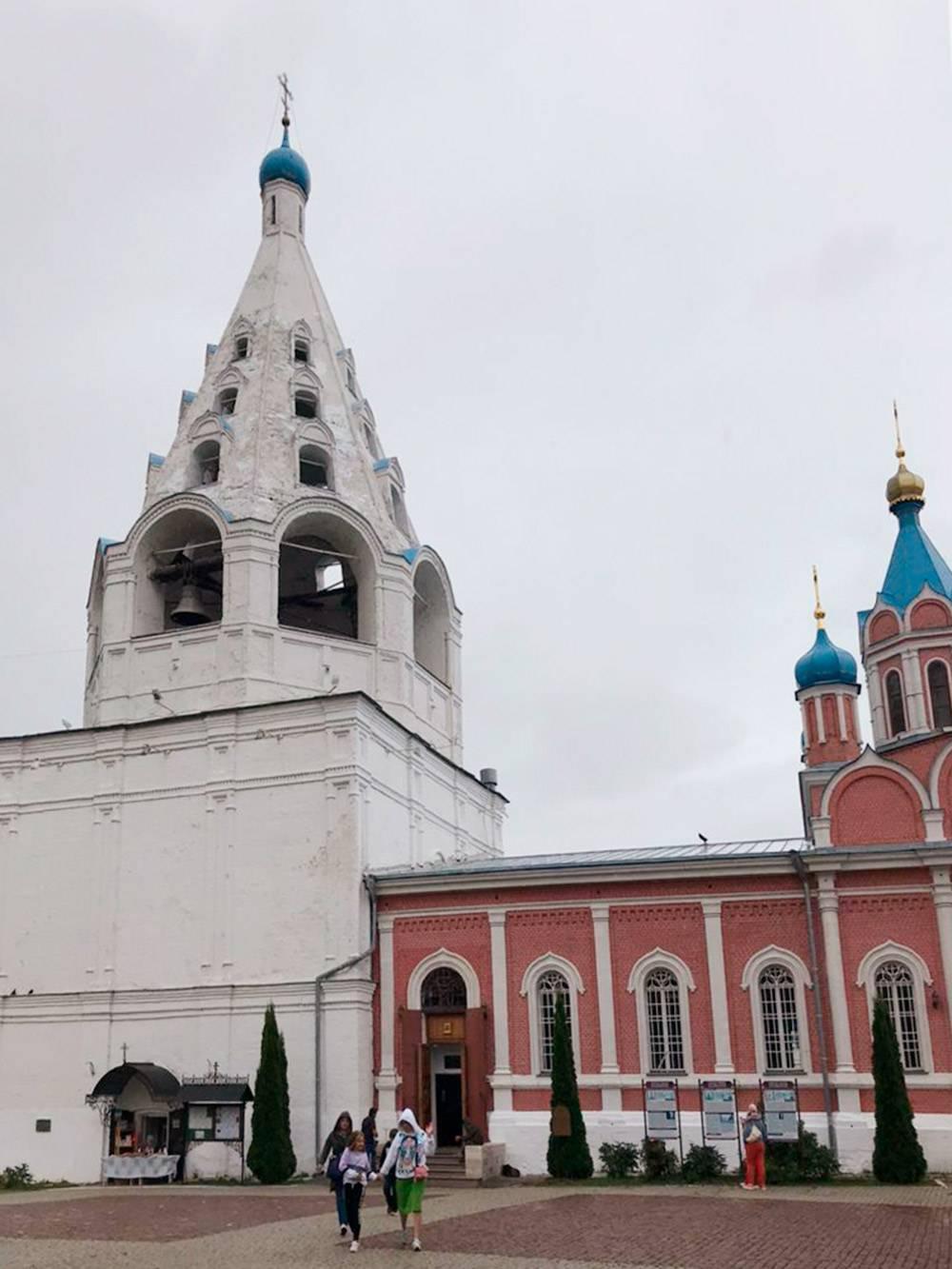 Соборная площадь и храм в честь Тихвинской иконы Божией Матери, построенный в 17 веке