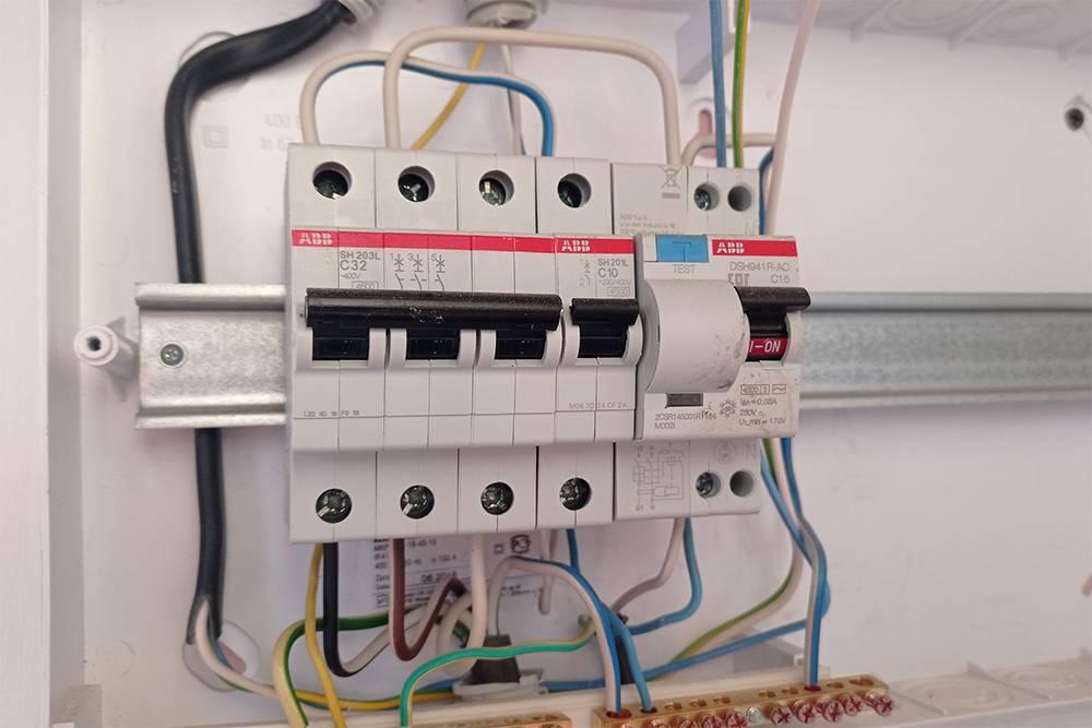 В этом щитке справа установлен дифавтомат на 16 А, к которому подключена розетка длябойлера