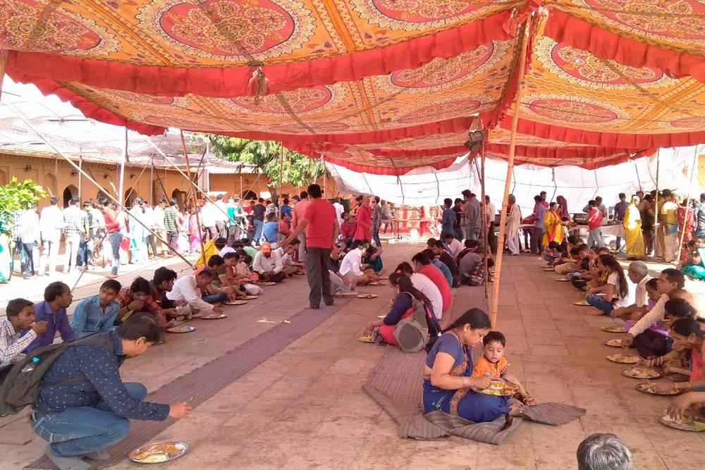 Бесплатное угощение для посетителей форта Амер (Джайпур) в честь праздника Наваратри