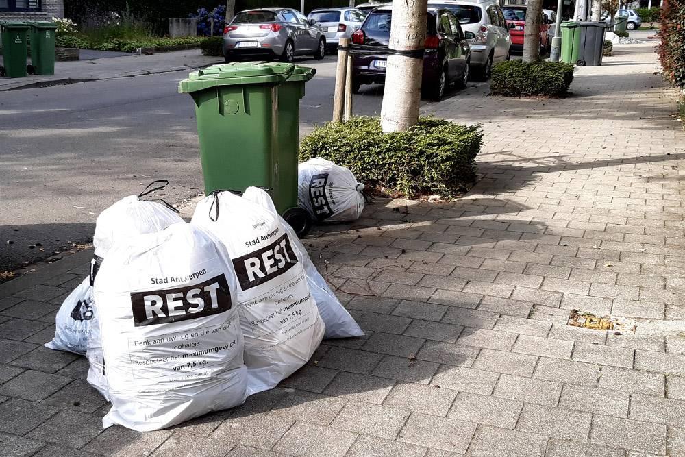 Отсортированные отходы дожидаются, когда сборщики их заберут. Белые мешки — это общий мусор, зеленые контейнеры — дляорганических отходов